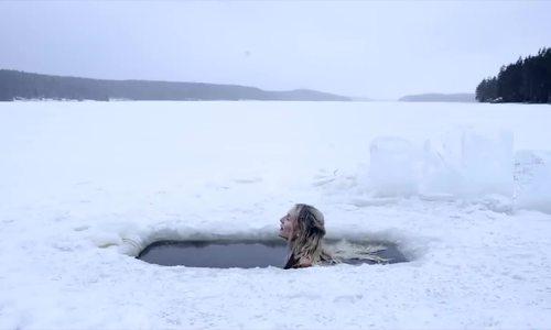 Tắm trong hồ băng vào mùa đông