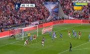Mertesacker gỡ 1-1 cho Arsenal