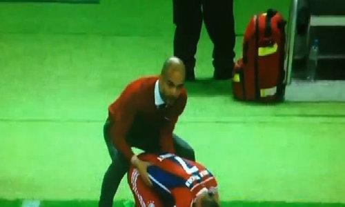 Pep Guardiola massage cho Ribery