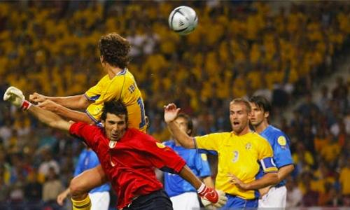 Ibrahimovic đánh gót tung lưới Buffon ở Euro 2004