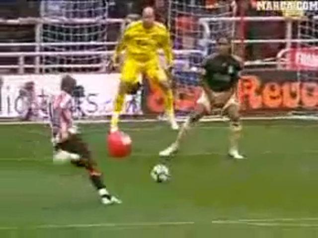 Cú sút đập vào bóng hơi đi vào lưới của Darren Bent