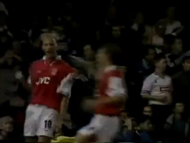 Bàn thắng của Dennis Bergkamp vào lưới Leicester năm 1997