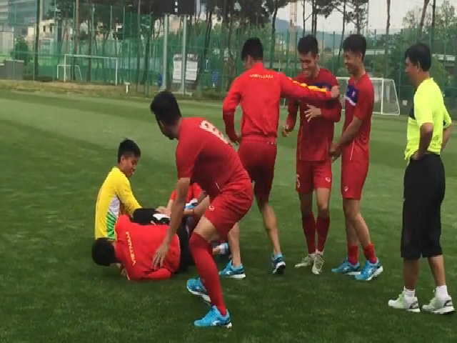 Cầu thủ U20 Việt Nam đùa giỡn sau trận đầu World Cup