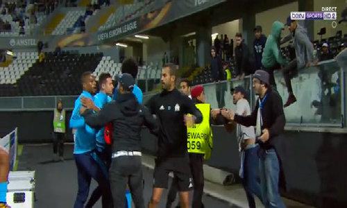 Evra nhận thẻ đỏ do đạp CĐV, khi trận đấu chưa diễn ra