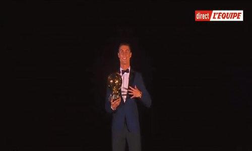 Ronaldo nhận Quả Bóng Vàng 2017 trên tháp Eiffel