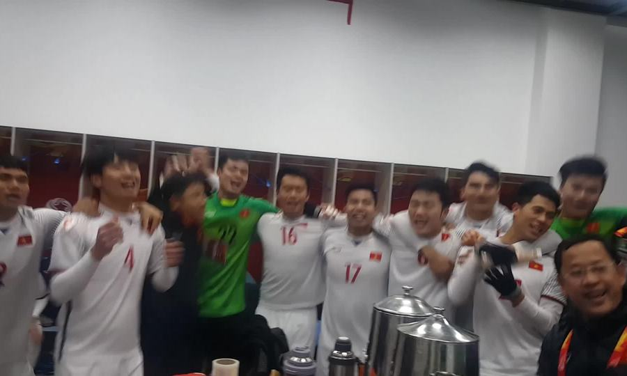 U23 mừng chiến thắng trong phòng thay đồ