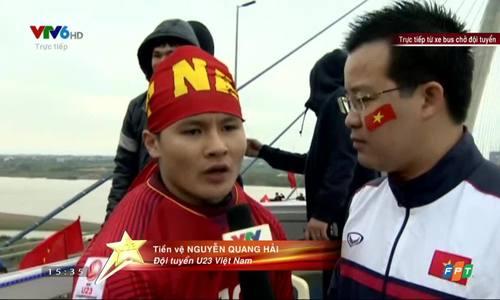 Quang Hải trả lời phỏng vấn trên xe buýt