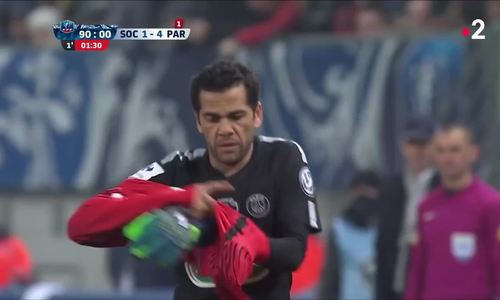 Dani Alves fills in as goalkeeper following Kevin Trapp's red card for PSG