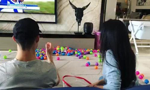 Ronaldo và bạn gái chơi ném bóng
