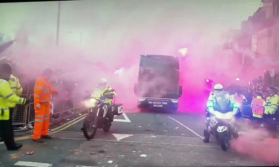 CĐV Liverpool ném đá, chai lọ vào xe chở thành viên Man City