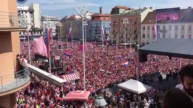 CĐV Croatia hát trong lúc chờ đội tuyển