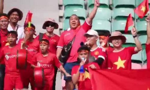 Diễn viên Hiếu Hiền cùng các CĐV Việt Nam trong trận gặp Pakistan