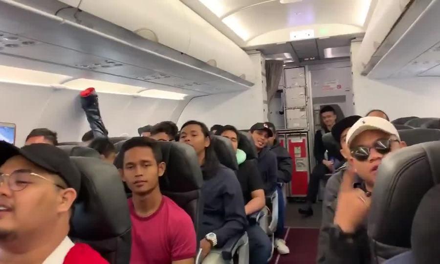 CĐV Malaysia hát trên chuyến bay đến Việt Nam