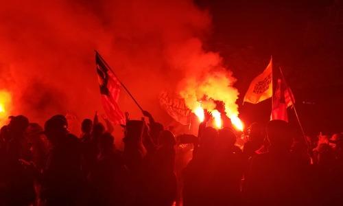 CĐV Malaysia đốt pháo sáng, hò reo trên đường tiến vào sân Mỹ Đình
