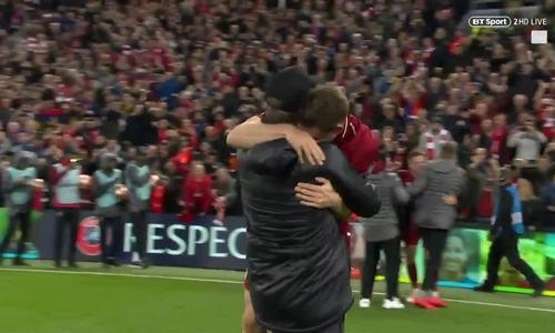 Klopp chạy lại an ủi khi James Milner khóc