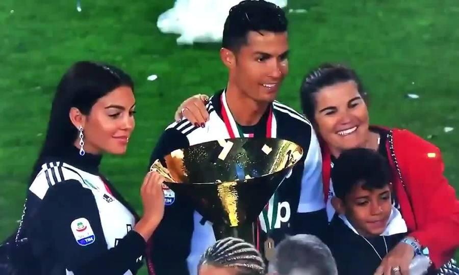 Con trai Ronaldo bị Cup đập vào mặt