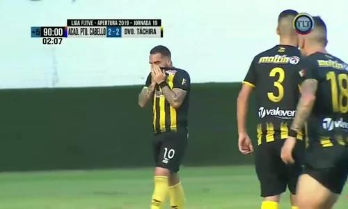 Cầu thủ khóc sau khi ghi bàn vào lưới của đội bố làm HLV