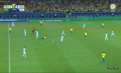 Aguero ngã sau pha va chạm với Alves