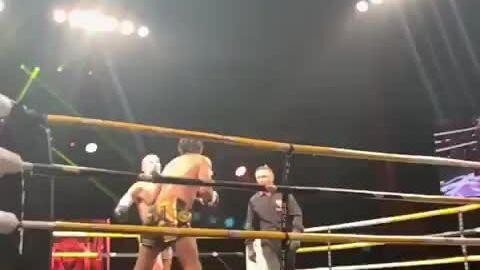 Võ sĩ cụt tay knock-out đối thủ bằng cú đá trúng đầu