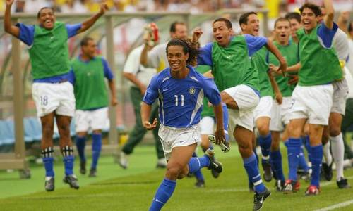 Ronaldinho đá phạt kiểu lá vàng rơi vào lưới tuyển Anh