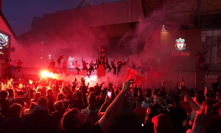 Fan Liverpool đốt pháo sáng bên ngoài Anfield