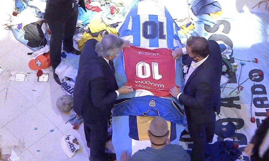 Tổng thống Argentina đặt áo số 10 lên quan tài Maradona