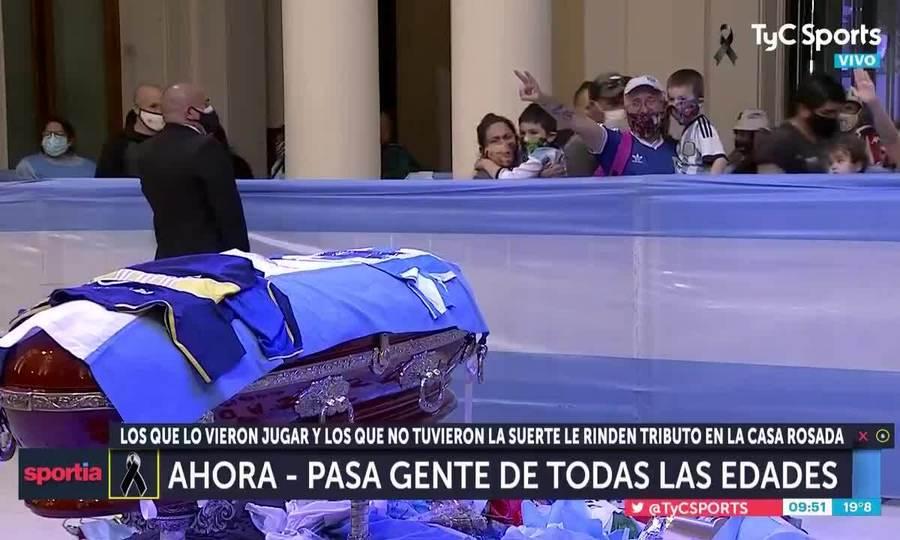 CĐV khóc khi đi ngang quan tài Maradona