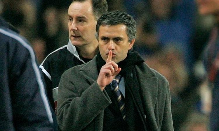 Mourinho làm dấu bảo fan Liverpool im lặng