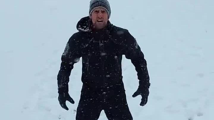 Djokovic chạy giữa tuyết mừng năm mới
