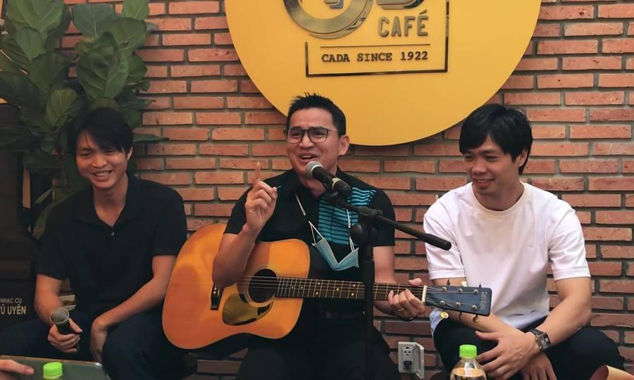 Kiatisuk hát ca khúc 'Cà phê Ông Bầu - Cho bạn cho tôi'