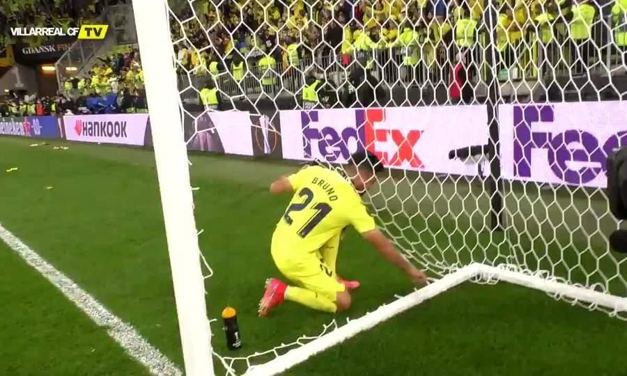 Cầu thủ Villarreal cắt lưới