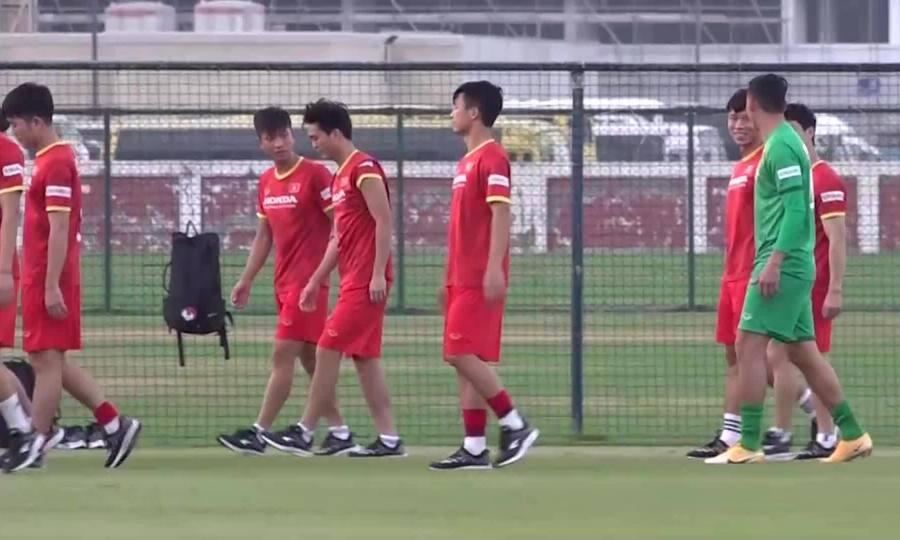 Tiền vệ Tuấn Anh đi bộ trên sân tập