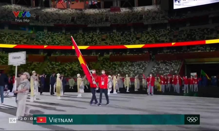 Delegasi Vietnam berbaris dalam upacara pembukaan Olimpiade 2020