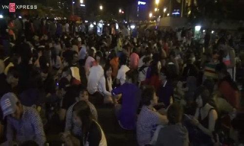 Người Sài Gòn tấp nập đi xem pháo hoa đêm giao thừa