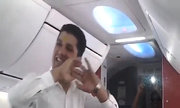 Tiếp viên hàng không Ấn Độ nhảy múa trên máy bay