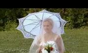 Cô dâu ngã xuống nước