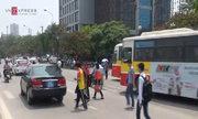 Người dân băng ngang đường vì cầu bộ hành trước ĐH Giao thông bị dỡ bỏ