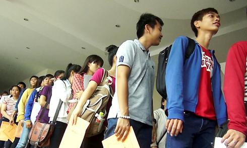 Hàng nghìn thí sinh chen chân nộp hồ sơ xét tuyển đại học