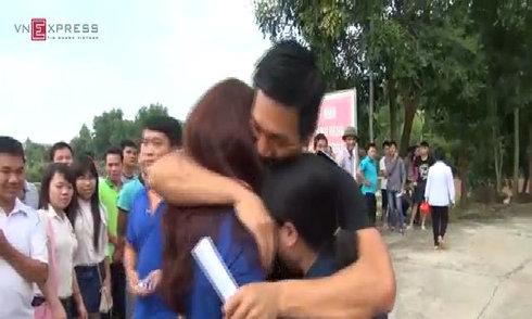 Phạm nhân đặc xá òa khóc trong vòng tay gia đình