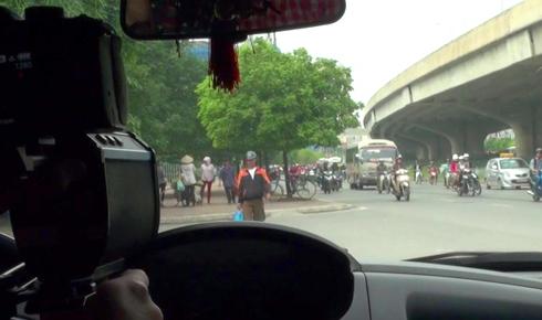 Hàng chục hành khách hoảng loạn khi xe buýt bị đâm