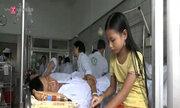Bé gái 9 tuổi chăm bố ở bệnh viện