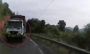 Xe tải vượt ẩu ở khúc cua suýt đâm vào ôtô