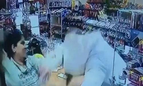 Thu ngân hạ đo ván tên cướp mang súng ở Mỹ