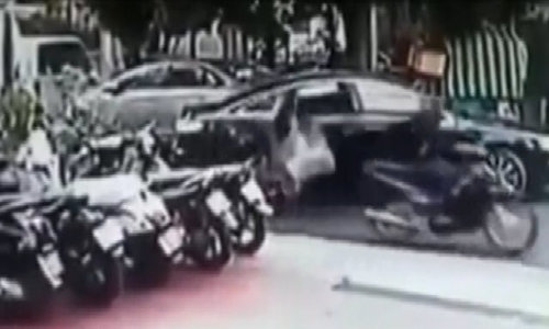 Đeo túi xách lên ôtô bị cướp giật ngã úp mặt xuống đường
