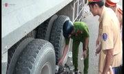 Nhiều người tháo chạy khi xe ben ủi dải phân cách