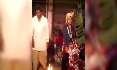 Cô dâu 5 tuổi òa khóc trong đám cưới Ấn Độ