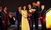 Ông Obama nhận hoa từ nữ sinh Việt Nam