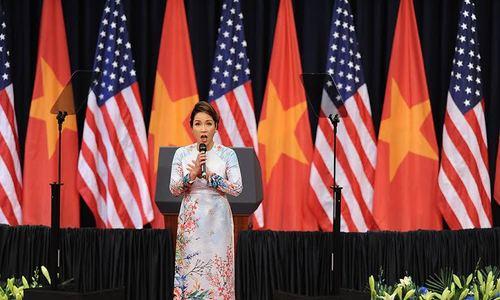 Ca sĩ Mỹ Linh hát quốc ca trong sự kiện Việt - Mỹ