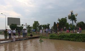 Bắc cầu tạm giải cứu dân chung cư bị nước cô lập 2 ngày