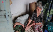 Cụ bà 85 tuổi cưu mang người chị tâm thần